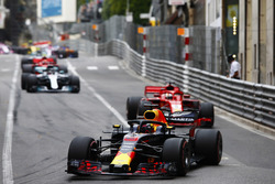 Daniel Ricciardo, Red Bull Racing RB14, leads Sebastian Vettel, Ferrari SF71H, Lewis Hamilton, Mercedes AMG F1 W09 and Sebastian Vettel, Ferrari SF71H