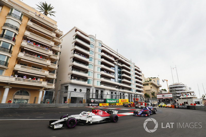 Charles Leclerc, Sauber C37, leads Brendon Hartley, Toro Rosso STR13, Romain Grosjean, Haas F1 Team VF-18, Marcus Ericsson, Sauber C37, and the remainder of the field at the start