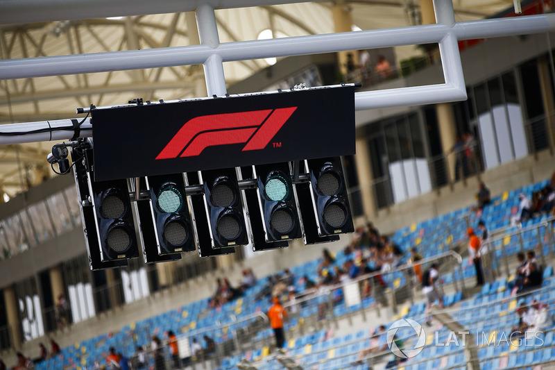 El logo de F1 sobre las luces de inicio