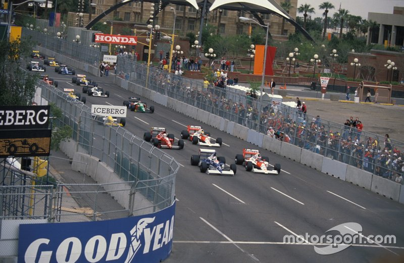 Jean Alesi, Tyrrell 018 Ford, Gerhard Berger, McLaren MP4-5B Honda, Andrea de Cesaris, Dallara BMS-190 Ford, Ayrton Senna, McLaren MP4-5B Honda at the start