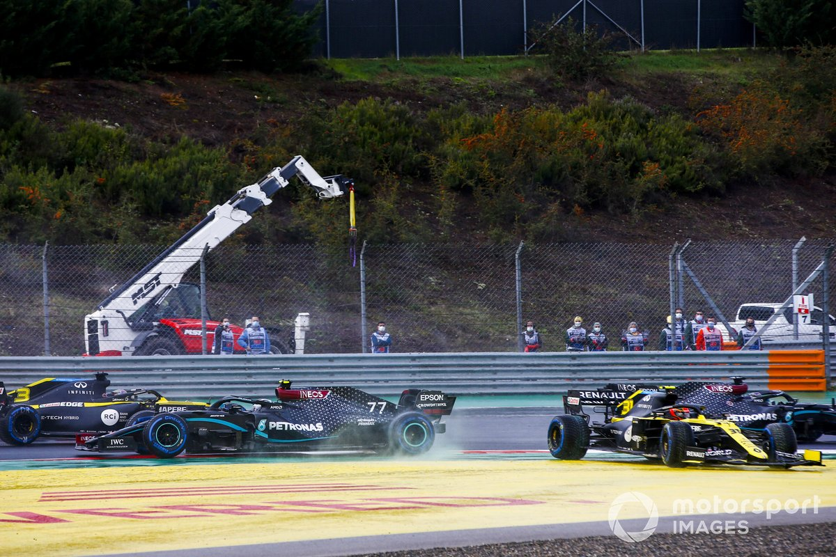 Valtteri Bottas, Mercedes F1 W11 and Esteban Ocon, Renault F1 Team R.S.20 crash at the start of the race