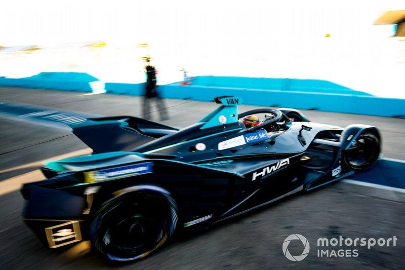 Stoffel Vandoorne, HWA Racelab, VFE-05, esce dal garage