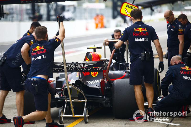 Инженеры Red Bull Racing и автомобиль RB14 Макса Ферстаппена