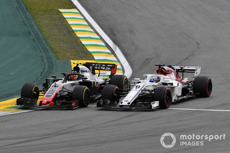 Kevin Magnussen, Haas F1 Team VF-18 and Marcus Ericsson, Sauber C37 battle