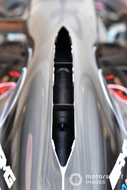 Mercedes güç ünitesinin yarattığı sıcak havayı tahliye etmek için açık omuriliğe benzeyen motor kapağı kullanacak