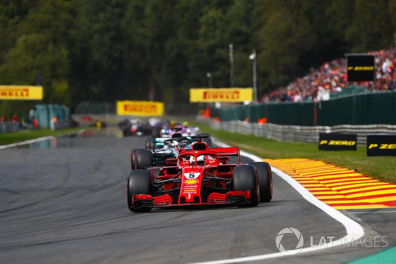Sebastian Vettel, Ferrari SF71H, di depan Lewis Hamilton, Mercedes AMG F1 W09