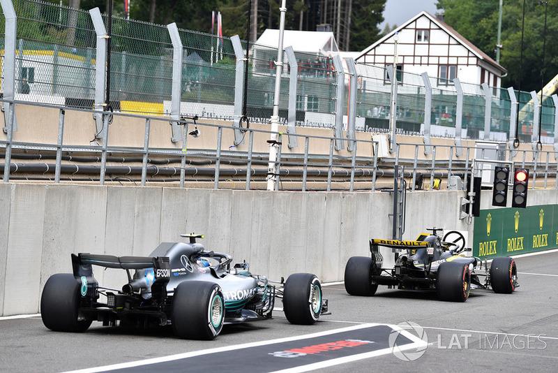 Nico Hulkenberg, Renault Sport F1 Team R.S. 18 and Valtteri Bottas, Mercedes AMG F1 W09