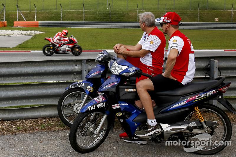 Casey Stoner, Ducati Team mira las pruebas