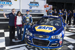 Polesitter Chase Elliott, Hendrick Motorsports Chevrolet with father Bill Elliott and mother