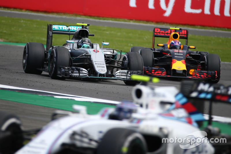 Nico Rosberg, Mercedes AMG Petronas F1 W07 y Max Verstappen, Red Bull Racing RB12