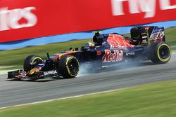 Carlos Sainz Jr., Scuderia Toro Rosso STR11 locks up under braking