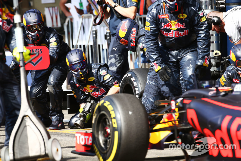 Red Bull Racing fa un pit stop