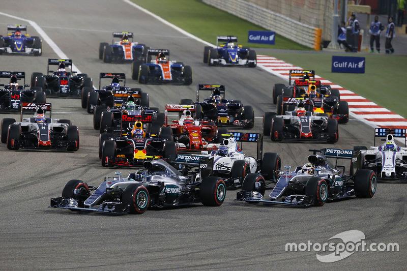 El inicio: Nico Rosberg, Mercedes AMG F1 Team W07 leads