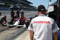 Honda engineers overlook the 2018 Honda IndyCar of Oriol Servia