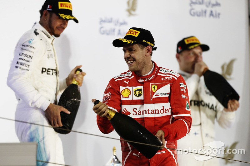Debido a las tradiciones locales, los pilotos en el podio del Gran Premio de Bahrein no festejan con champán, sino con refresco
