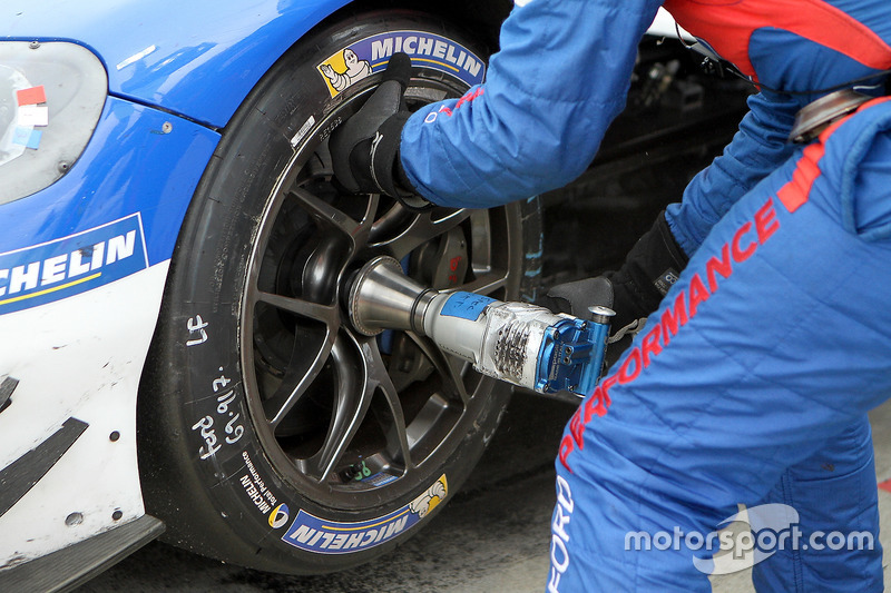 #69 Ford Performance Chip Ganassi Racing Ford GT: Andy Priaulx, Harry Tincknell, Tony Kanaan, pit actie