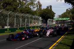Даниил Квят, Scuderia Toro Rosso STR12, и Серхио Перес, Force India VJM10