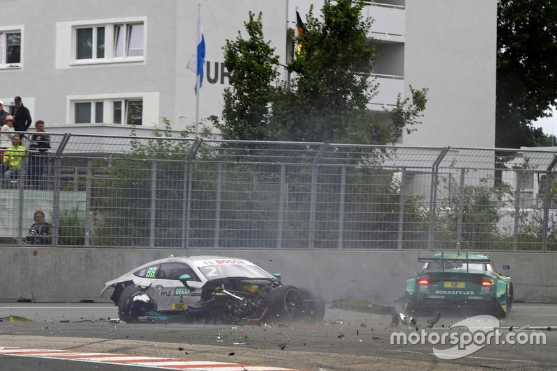 2017: Choque de Gary Paffett, Mercedes-AMG C63 DTM, Team HWA y Mike Rockenfeller, Audi RS 5 DTM, Audi Sport Team Phoenix