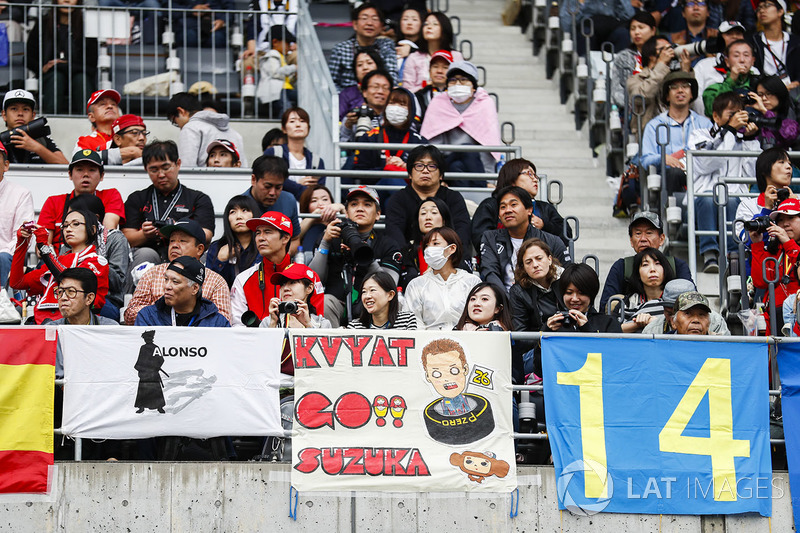 Fans with a message for Daniil Kvyat, Scuderia Toro Rosso
