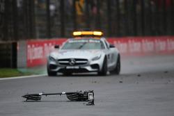 Автомобиль безопасности объезжает обломки разбитого Sauber C35 Маркуса Эрикссона