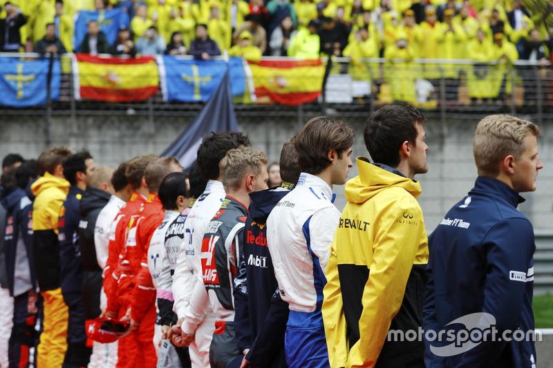 Гонщики слушают национальный гимн перед стартом
