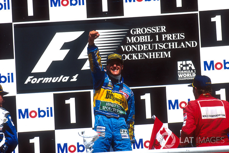 Podio: Ganador de la carrera Michael Schumacher, Benetton Renault, segundo lugar David Coulthard, Williams Renault