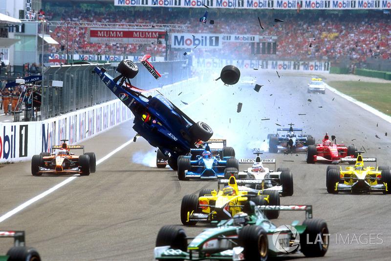 Já Michael Schumacher sofreu dois acidentes seguidos na largada na Alemanha. Em 2001, conseguiu retornar após sofrer grande impacto de Burti (o alemão pegou o carro reserva e participou da relargada)