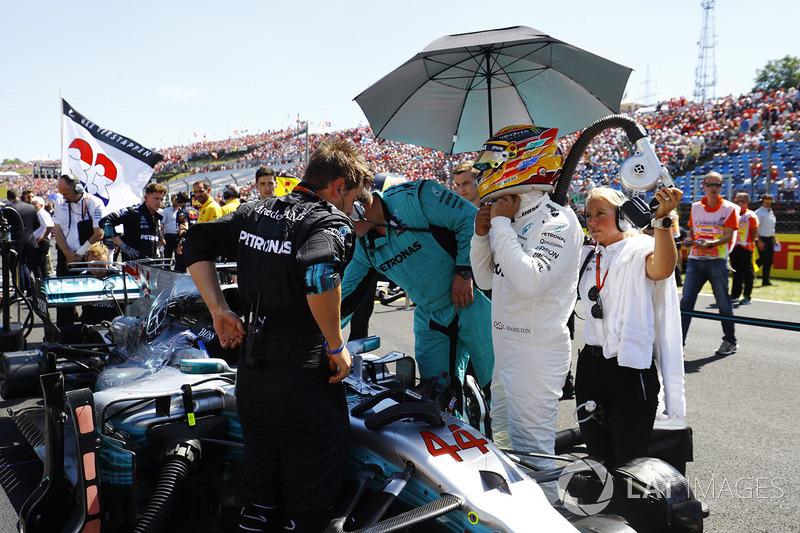 Lewis Hamilton, Mercedes AMG F1, ajusta su casco
