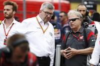 روس براون، المدير العام الرياضي للفورمولا واحد وجيني هاس، مالك فريق هاس