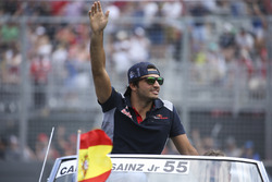 Carlos Sainz Jr., Scuderia Toro Rosso, in the drivers parade