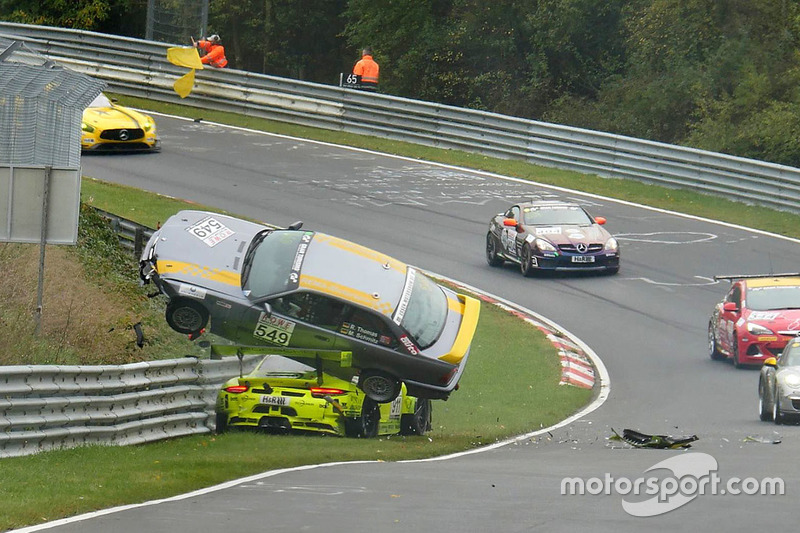 Unfall Kevin Estre, Matteo Cairoli, Manthey Racing, Porsche 911 GT3-R, Reiner Thomas, Manfred Schmitz, BMW 318is