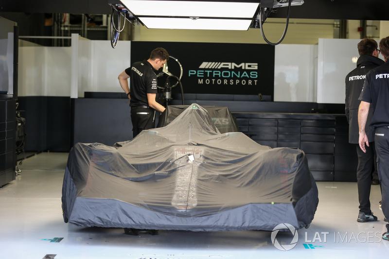 Mercedes-Benz F1 W08 cubierto en el garaje