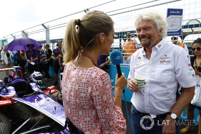 Sir Richard Branson habla a Nicki Shields en la parrilla
