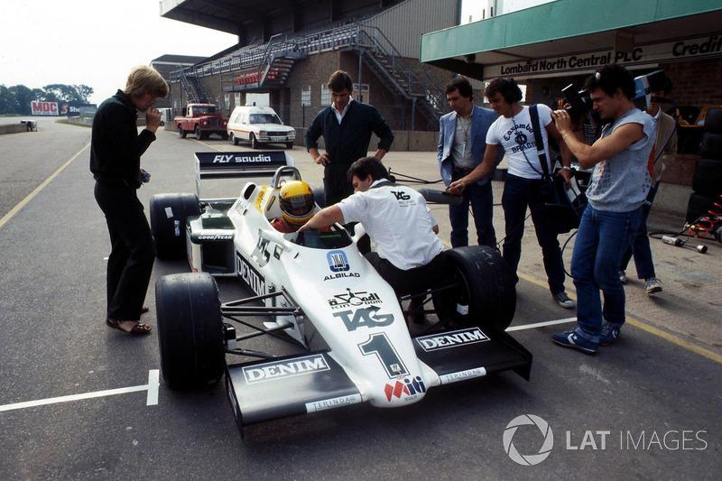 Ayrton Senna, recibe instrucciones finales antes de probar el Williams FW08C por primera vez
