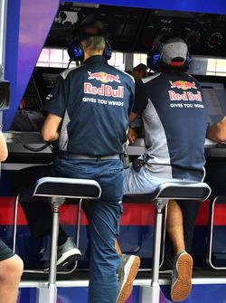 Carlos Sainz Jr., Scuderia Toro Rosso, sur le muret des stands pendant les EL1