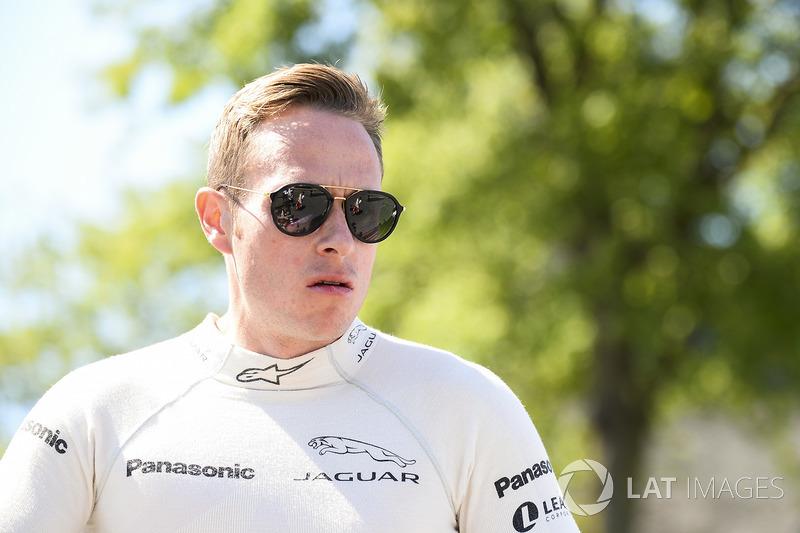 Adam Carroll, Jaguar Racing, durante desfile de pilotos