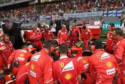 Meccanici Ferrari attorno alla monoposto di Kimi Raikkonen, Ferrari SF70H
