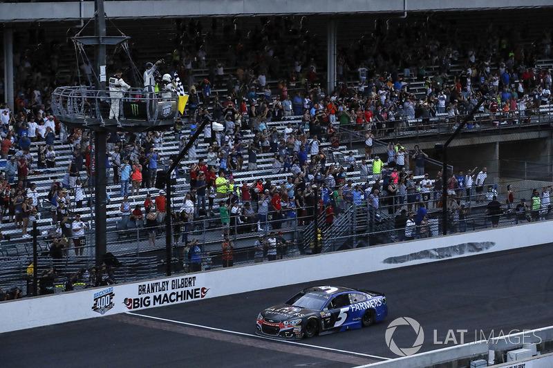 Kasey Kahne, Hendrick Motorsports Chevrolet toma la bandera acuadros