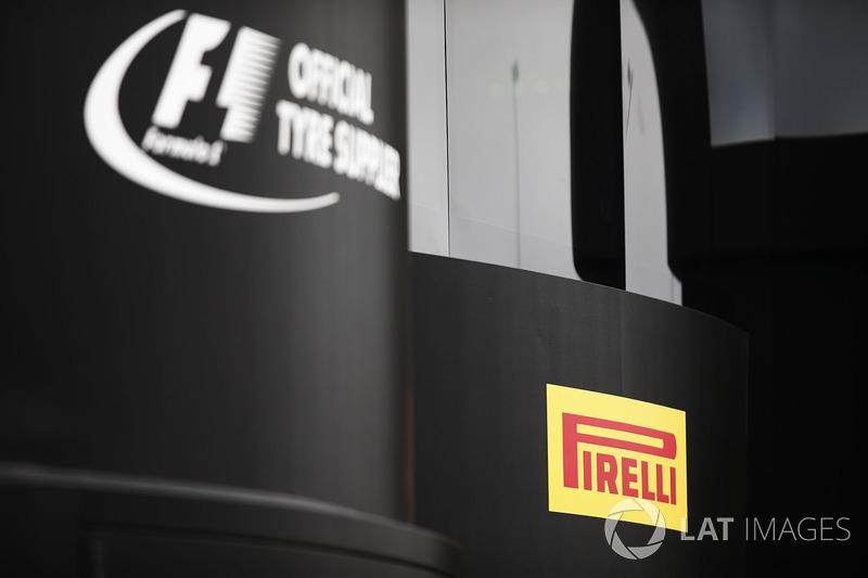 El logo de Pirelli en una unidad de la hospitalidad