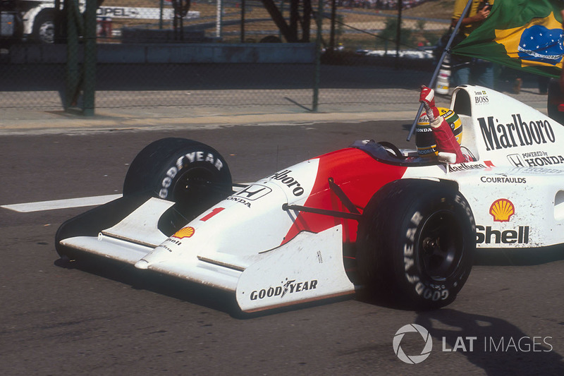 Ayrton Senna, McLaren MP4/7A Honda con la bandera de Brasil después de ganar