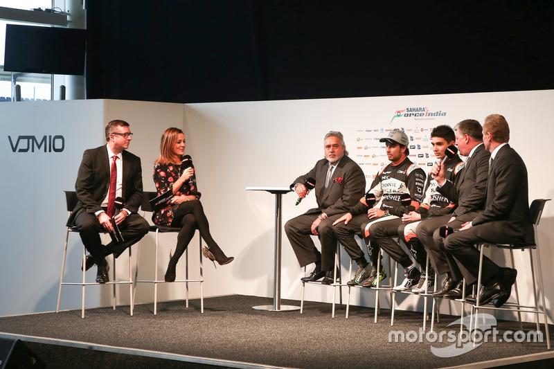 David Croft und Natalie Pinkham mit den Fahrern und Teamverantwortlichen von Force India