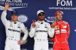 (L naar R): Valtteri Bottas, Mercedes AMG F1, polesitter Lewis Hamilton, Mercedes AMG F1 en Sebastian Vettel, Ferrari in parc ferme