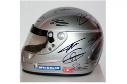 Capacete autografado por astros da F1