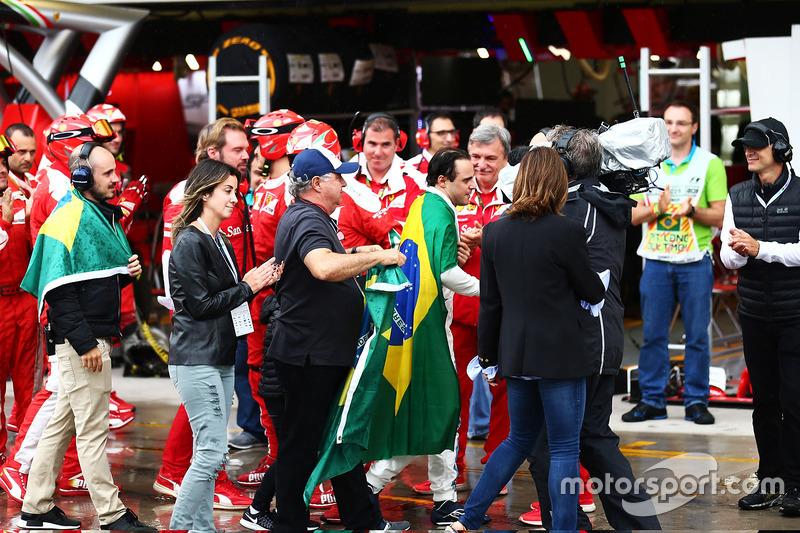 Фелипе Масса в окружении родных возвращается в боксы команды Williams