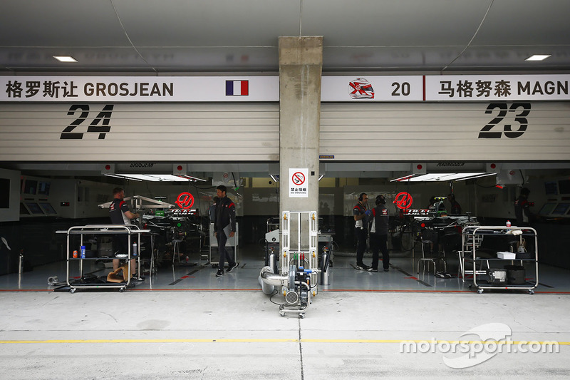 Chinese signage for Romain Grosjean, Haas F1 Team, Kevin Magnussen, Haas F1 Team
