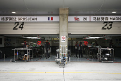 Les stands de Romain Grosjean, Haas F1 Team, Kevin Magnussen, Haas F1 Team