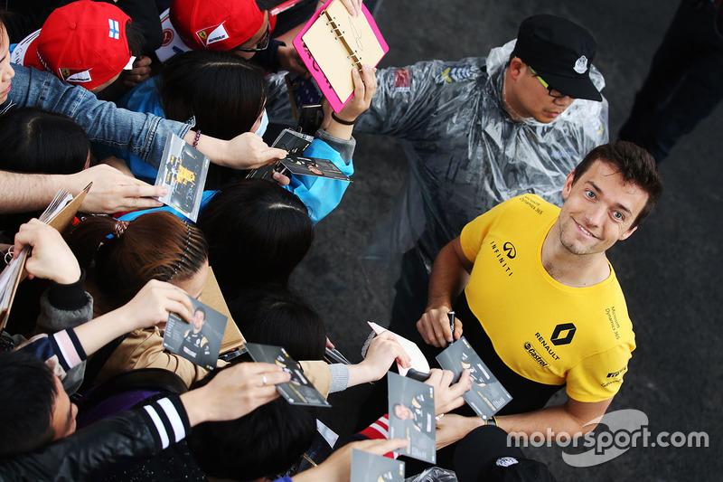 Jolyon Palmer, Renault Sport F1 Team Sport F1, signs autographs for fans