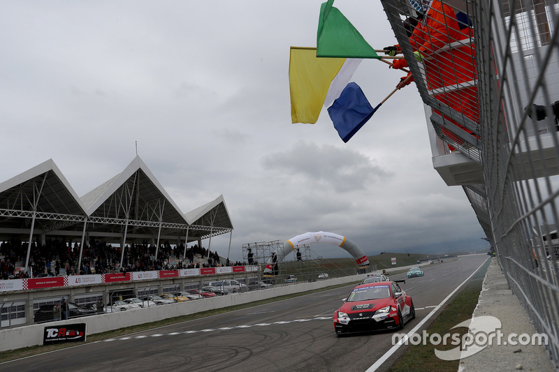 Checkered flag for Hugo Valente, Lukoil Craft-Bamboo Racing, SEAT León TCR