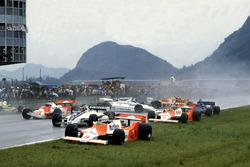 Startunfall: Andrea de Cesaris, McLaren M29F-Ford Cosworth; Hector Rebaque, Brabham BT49C-Ford Cosworth; Mario Andretti, Alfa Romeo 179C; Rene Arnoux, Renault RE20; John Watson, McLaren M29F-Ford Cosworth; Chico Serra, Fittipaldi F8C-Ford Cosworth; Ricardo Zunino, Tyrrell 010-Ford Cosworth; Siegfried Stohr, Arrows A3-Ford Cosworth and Jean-Pierre Jarier, Ligier JS17-Matra