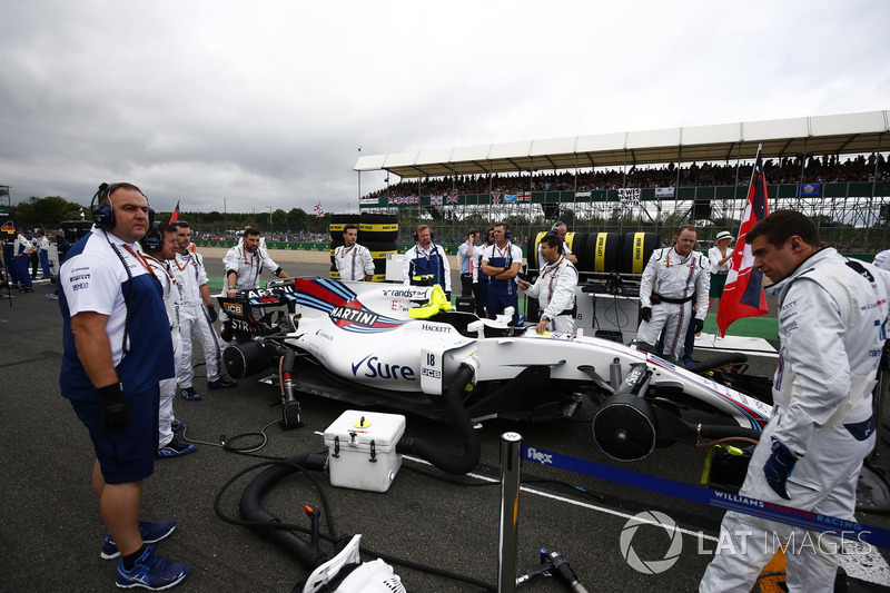 The Williams team prepare the car of Lance Stroll, Williams FW40